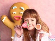 Caramelo rubio de la muchacha en la tienda del diseño de la confitería foto de archivo