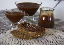 Caramelo salgado em um recipiente de vidro pão com caramelo e sal vintage Imagens de Stock Royalty Free