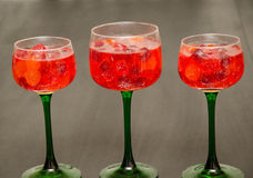 Caramelo y copas de vino llenadas jugo en trío Fotografía de archivo