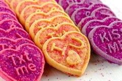 Caramelo y galletas del corazón del día de tarjetas del día de San Valentín Imagen de archivo libre de regalías