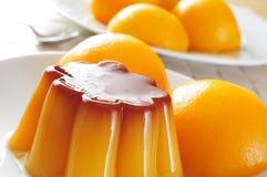 Caramelo y melocotón de nata en jarabe Foto de archivo