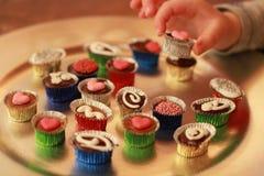 Caramelos adornados muestreados maravillosamente por el niño Imagenes de archivo