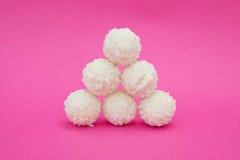 Caramelos blancos del coco en fondo rosado Fotos de archivo