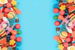 Caramelos clasificados en un fondo coloreado en colores pastel imagen de archivo