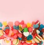 Caramelos clasificados en un fondo coloreado en colores pastel foto de archivo libre de regalías
