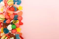 Caramelos clasificados en un fondo coloreado en colores pastel imágenes de archivo libres de regalías