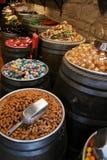 Caramelos coloreados en barriles Fotografía de archivo