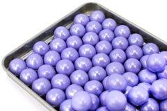 Caramelos coloreados lavanda en una bandeja de la lata Fotos de archivo