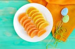 Caramelos coloridos de la jalea de los dulces festivos bajo la forma de rebanadas de la fruta cítrica, cubiertas con el azúcar Imágenes de archivo libres de regalías
