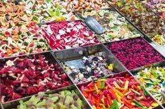 Caramelos coloridos de la jalea para la venta en el mercado Imagen de archivo