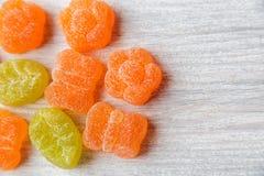 Caramelos coloridos de la jalea Vector de madera blanco Fondo dulce espacio Fotos de archivo libres de regalías