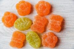 Caramelos coloridos de la jalea Vector de madera blanco Fondo dulce Foto de archivo libre de regalías
