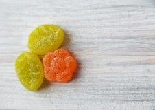 Caramelos coloridos de la jalea Vector de madera blanco Fondo dulce espacio Fotografía de archivo