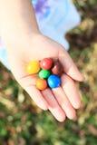 Caramelos coloridos a disposición Imagen de archivo