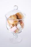 Caramelos coloridos en el tarro de cristal Fotos de archivo