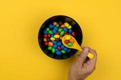 Caramelos coloridos en un cuenco foto de archivo