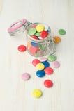 Caramelos coloridos en un tarro de cristal Imagen de archivo