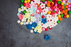 Caramelos coloridos y dulces en fondo oscuro imágenes de archivo libres de regalías