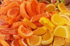 Caramelos de azúcar en la forma de las rebanadas naranja y limón Fotografía de archivo