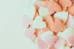 Caramelos de azúcar rosados coloridos en el fondo blanco El día de madre romántico de la caridad de la tarjeta del día de San Val fotografía de archivo