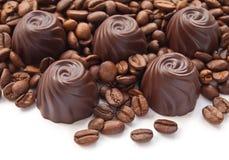 Caramelos de chocolate con los granos de café Fotografía de archivo