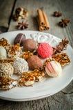 Caramelos de chocolate con los pedazos del turron foto de archivo libre de regalías