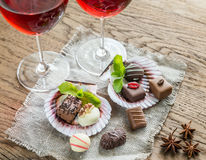 Caramelos de chocolate de lujo con dos vidrios de vino Imágenes de archivo libres de regalías