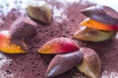 Caramelos de chocolate de lujo con el polvo de cacao imagenes de archivo