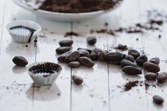 Caramelos de chocolate del cacao crudo de habas Imagenes de archivo