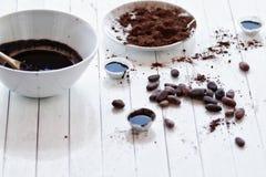Caramelos de chocolate del cacao crudo de habas Fotos de archivo