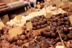 Caramelos de chocolate en escaparate Imágenes de archivo libres de regalías