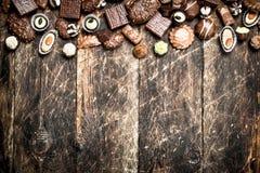 Caramelos de chocolate En fondo de madera fotografía de archivo