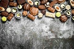 Caramelos de chocolate En fondo rústico fotografía de archivo