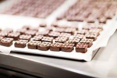 Caramelos de chocolate en la tienda de la confitería imagen de archivo