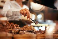 Caramelos de chocolate en primer de la tienda de la confitería imagen de archivo libre de regalías