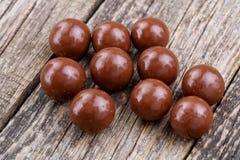 Caramelos de chocolate en un fondo blanco Foto de archivo