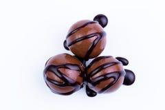 Caramelos de chocolate en un fondo blanco Imágenes de archivo libres de regalías