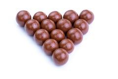 Caramelos de chocolate en un fondo blanco Imagenes de archivo
