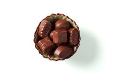 Caramelos de chocolate en un tazón de fuente Imagenes de archivo