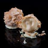 Caramelos de chocolate, hechos a mano Con crema del licor y del chocolate blanco imagen de archivo