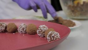 Caramelos de chocolate hechos a mano de la preparación en casa El confitero hace los postres Adornando y haciendo chocolate las t metrajes