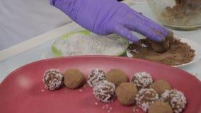 Caramelos de chocolate hechos a mano de la preparación en casa El confitero hace los postres Adornando y haciendo chocolate las t almacen de metraje de vídeo