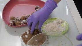 Caramelos de chocolate hechos a mano de la preparación en casa El confitero hace los postres Adornando y haciendo chocolate las t almacen de video