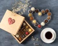Caramelos de chocolate oscuros hechos en casa en la forma del corazón para el día de tarjeta del día de San Valentín, regalo para imagenes de archivo