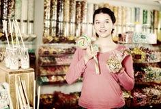 Caramelos de compra de la muchacha en la tienda Imagen de archivo