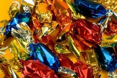 Caramelos de la pasta de azúcar de la Navidad en fondo amarillo Imágenes de archivo libres de regalías