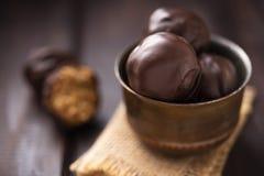 Caramelos de la proteína con el chocolate fotos de archivo