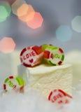 Caramelos de la tarjeta del día de San Valentín Fotos de archivo libres de regalías