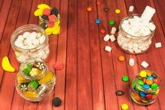 Caramelos del color en fondo de madera Copie el espacio Foto de archivo