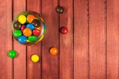 Caramelos del color en fondo de madera Copie el espacio Fotos de archivo